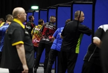 Players throwing (PDC)